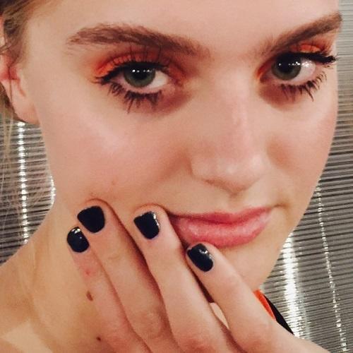 mørkeblå neglelak